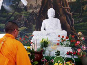 Làm Tượng Phật Thích Ca Đá Cẩm Thạch Trắng Tại Chùa